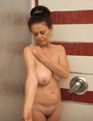 Free Mature Shower Porn Pictures